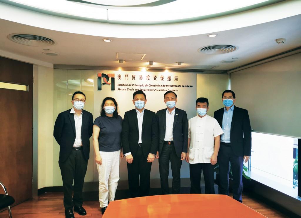 劉偉明主席與到訪本局的澳門中華民族醫藥 產業協會會長汪義亮一行合影 (2021年7月2日)