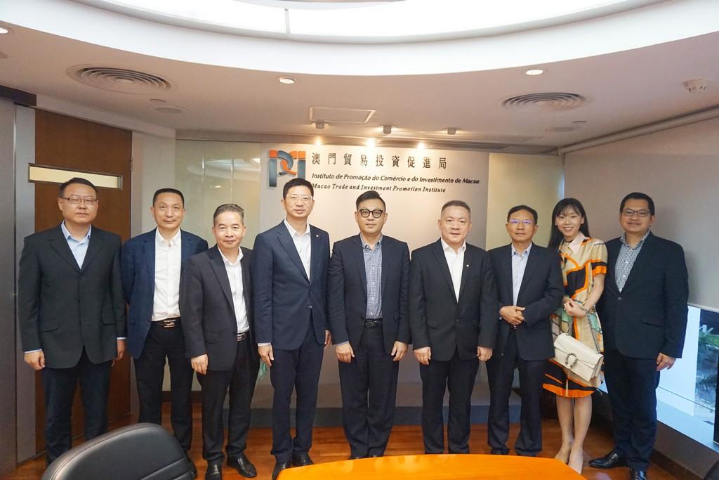 劉偉明主席與到訪本局的澳門中國企業協會 總幹事兼副會長黃智虎一行合影 (2021年7月7日)