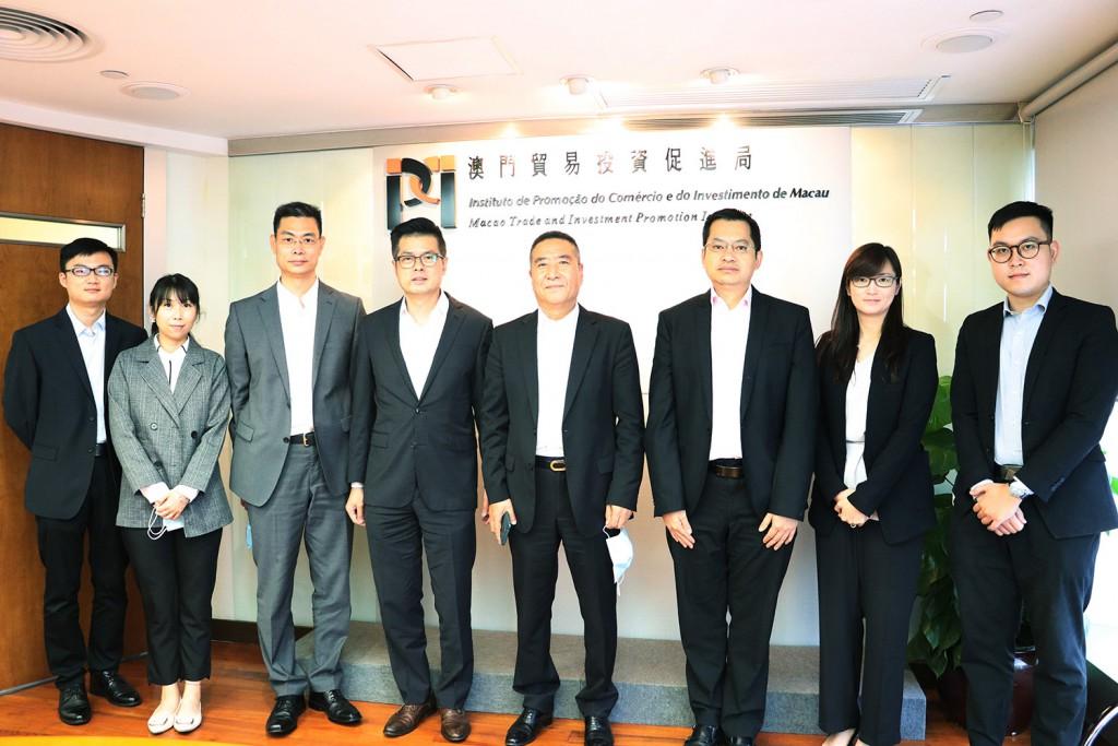 李藻森執行委員、余雨生執行委員與到訪本局的中國國際貿易促進委員會培訓中心主任 凌鳳杰一行合影 (2021年6月16日)