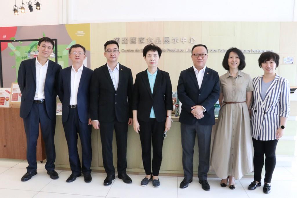 黃偉倫執行委員與到訪葡語國家食品展示中心的中國國際貿易促進委員會會長高燕一行合影 (2021年6月18日)