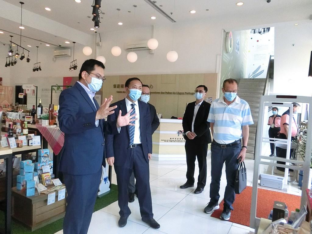 余雨生執行委員為到訪葡語國家食品展中心的福建省貿促會會長徐敏一行作介紹 (2021年6月16日)